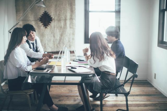 打ち合わせ(会議室) - 【解説】OJTとは?メリットとデメリット、効果的に進めるためのポイントを解説